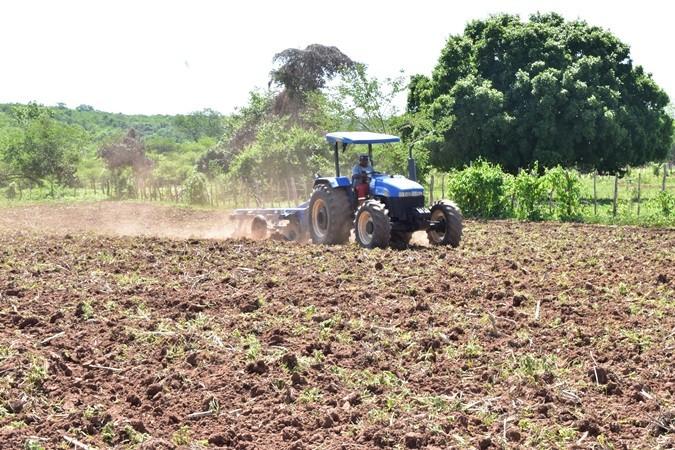 Prefeitura de Santa Rosa beneficia produtores rurais com serviços de gradagem de terras para plantio