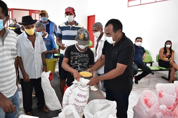 Em parceria com Programa Viva Semiárido, prefeitura entrega sementes para plantio