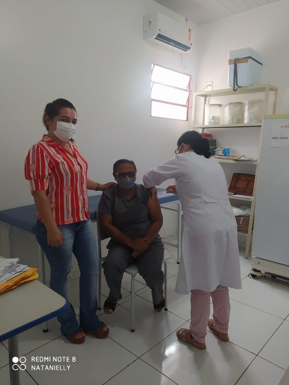 Vacinação contra Covid-19 em profissionais da saúde continua nesta quinta (11)