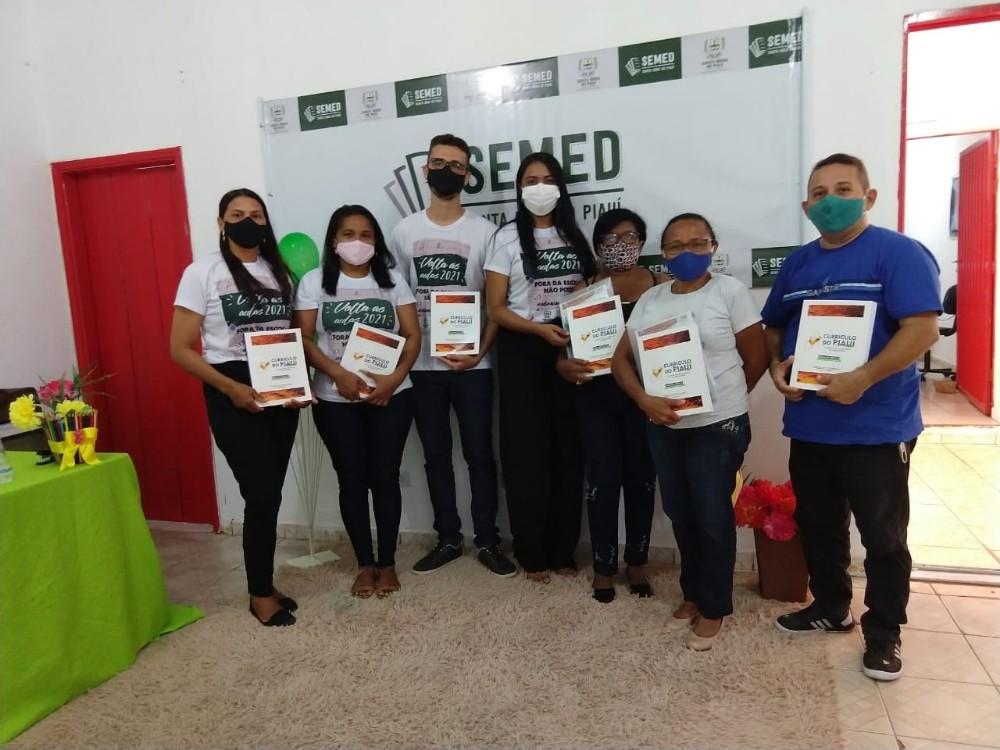 SEMED realiza entrega de versão impressa do Currículo do Piauí aos professores do município