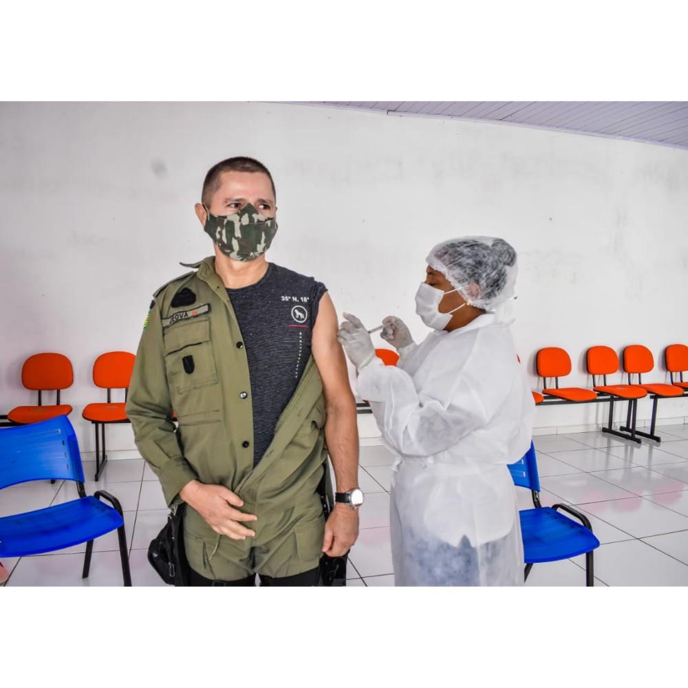Policiais Militares são vacinados contra a covid-19 em Santa Rosa do Piauí