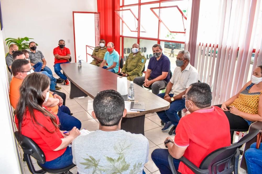 O Prefeito Veríssimo e Vereadores participam de reunião para tratar da situação da pandemia da Covid-19 na cidade