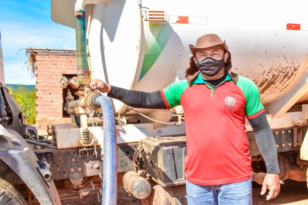 Abastecimento de água através do caminhão-pipa beneficia moradores da zona rural