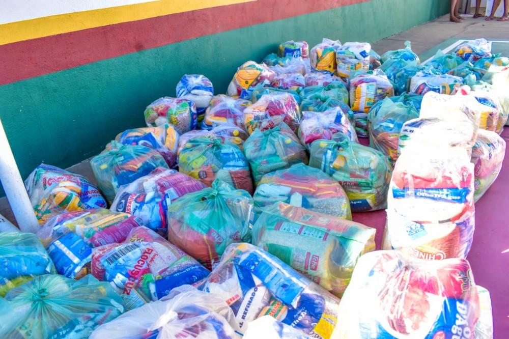 Prefeitura entrega mais de 110 cestas básicas em bairros de Santa Rosa do Piauí