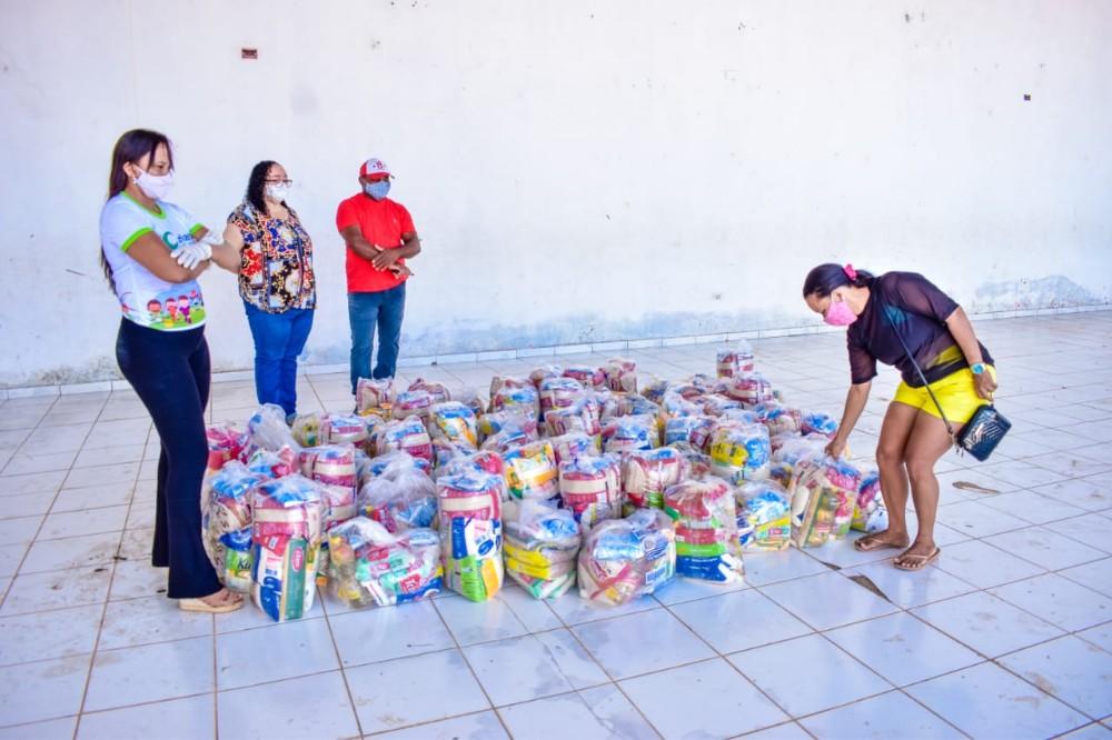 Terceiro dia de entrega de cestas básicas beneficia mais de 100 famílias
