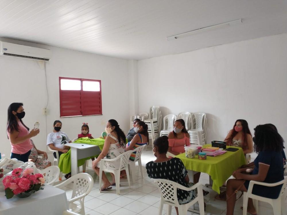 Grávidas assistidas pelo CRAS participam de curso de artesanato com Biscuit