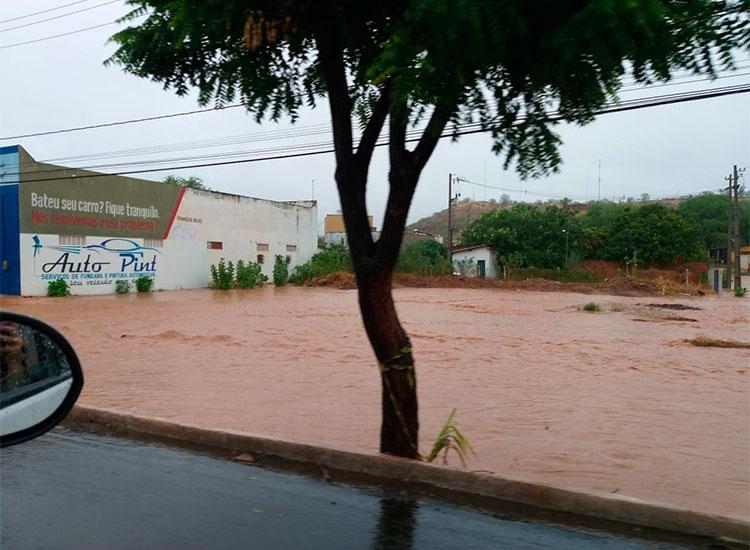Chove há 11 horas em Picos e 80% do município está alagado, diz Corpo de Bombeiros