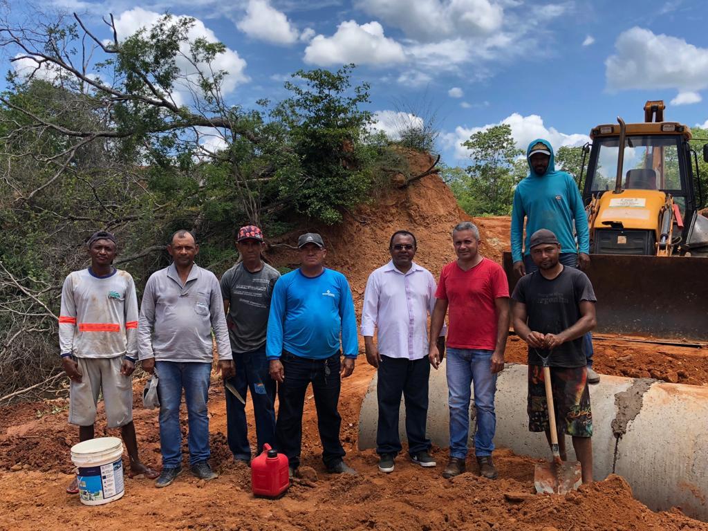 Prefeito Veríssimo Siqueira acompanha instalações de boeiras na Zora Rural de Santa Rosa
