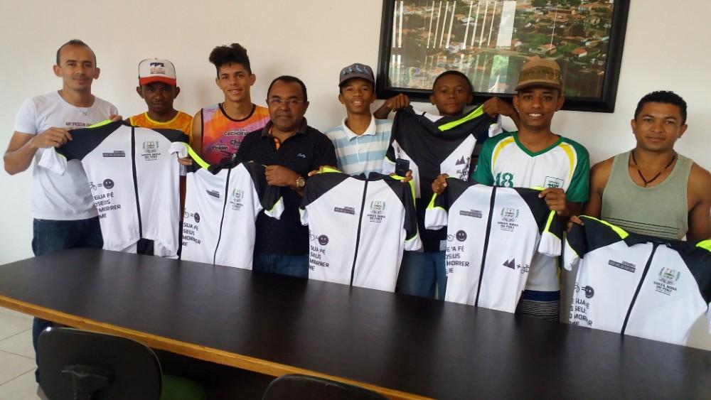 Prefeitura entrega uniforme para atletas de ciclismo em Santa Rosa