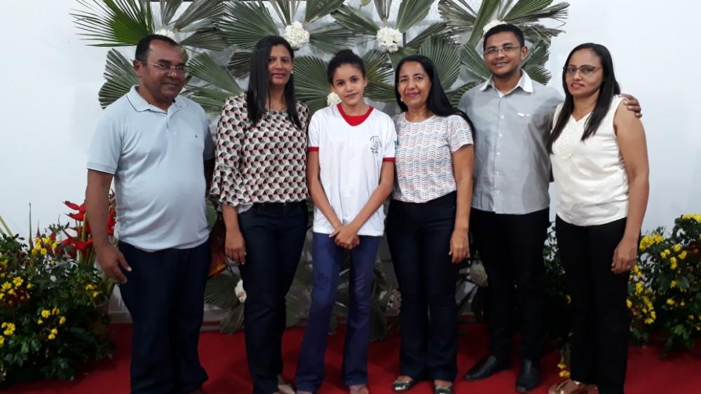 Prefeitura entrega fardamentos a alunos da rede municipal de ensino
