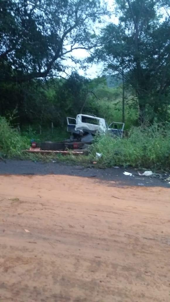 Caminhão tanque carregado de combustível tomba na PI-239 em Santa Rosa do Piauí