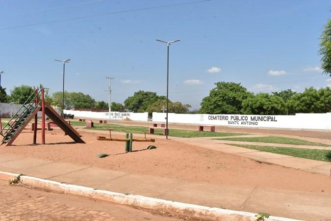 Prefeitura realiza limpeza no Cemitério Municipal para Dia de Finados