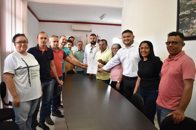 Prefeito assina ordem de serviço e inicia obras do estádio municipal de Santa Rosa do Piauí