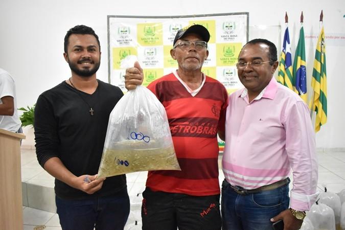 Prefeitura faz entrega de alevinos para piscicultores Santa-rosenses