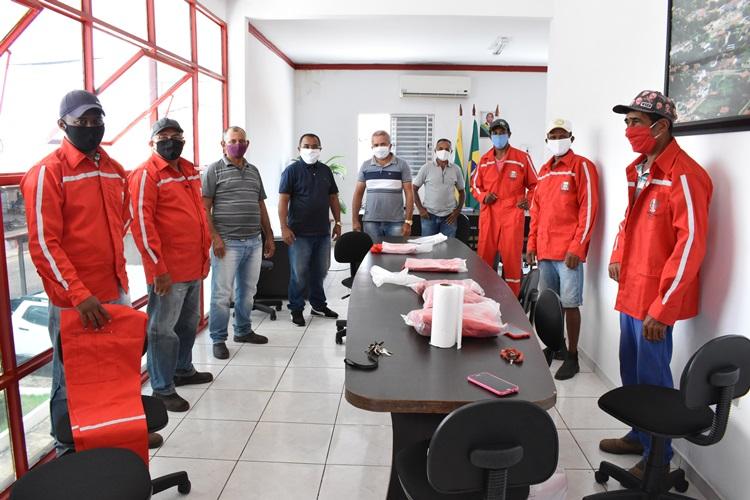 Agentes de endemias e maquinistas de obras recebem novos uniformes de trabalho em Santa Rosa