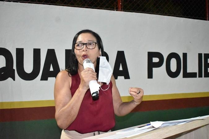 Em clima de festa, prefeito Veríssimo Siqueira entrega construção da quadra poliesportiva no bairro Pé da Serra